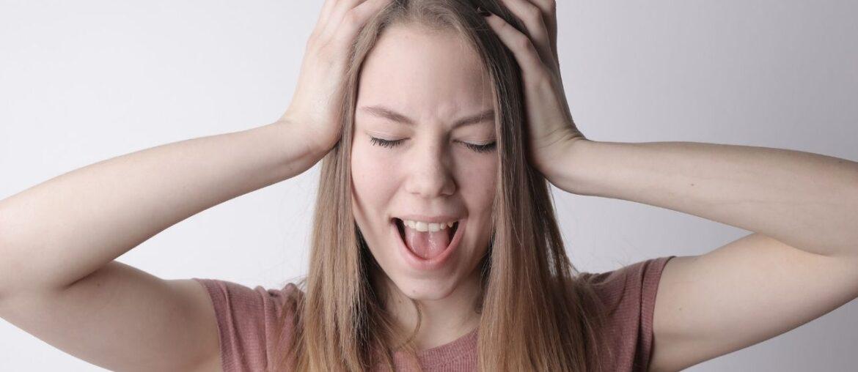 mulher-preocupada-com-menstruacao-marrom