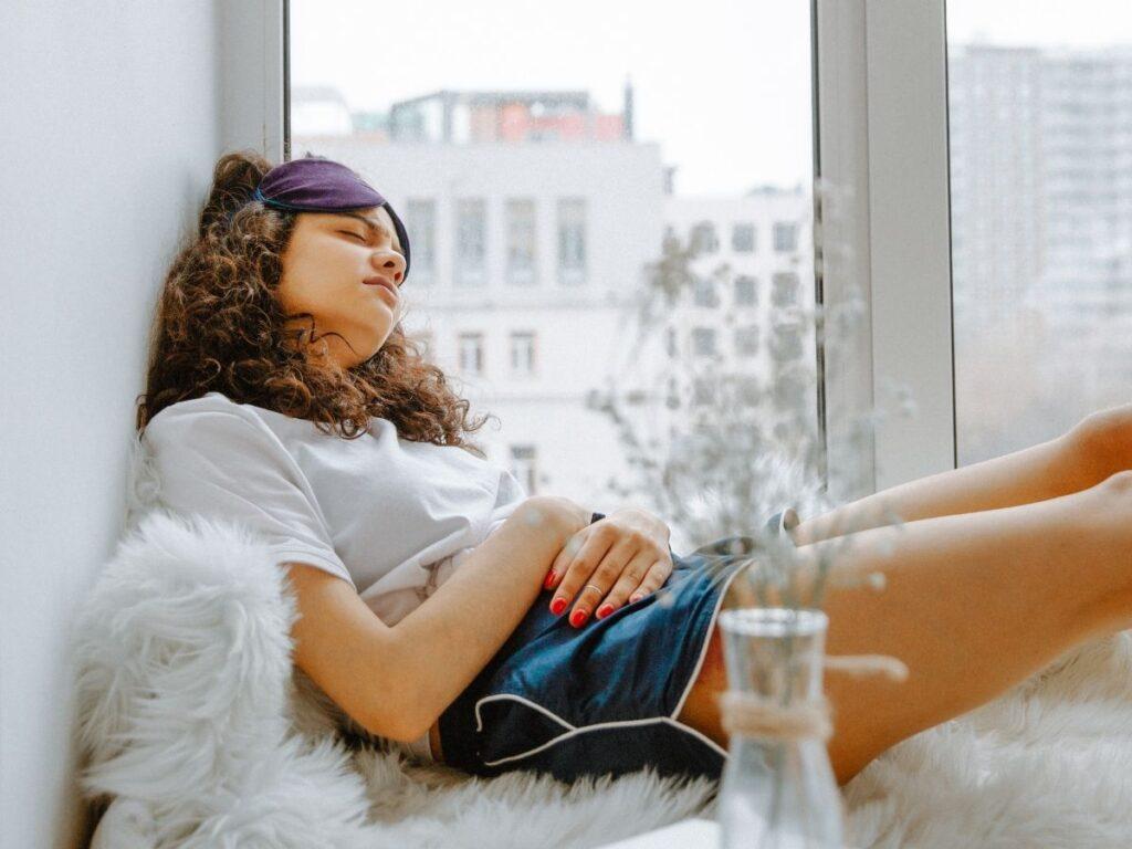 Cólica fora do período menstrual: é normal? Descubra o que pode ser